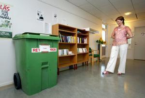 Ett arbetsbibliotek kan inte vara stort: de flesta fackklubbar har inga större summor att köpa böcker för. Men det är lättåtkomligt och Eva Hansson hittar ibland själv böcker hon blir sugen på att läsa.