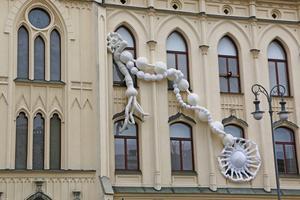 Är det kanske ett ovanligt litet verk som detta år pryder Rådhuset? Vi Örebroare är ju vana vid både Rådhuskalendern och att få hela byggnaden inslagen i strumpbyxor.