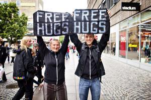– Vi vill sprida kärlek i alla städer vi stannar i och få folk att öppna upp sig lite, säger Jesper Lissmark Hult.