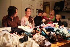 Ellinor Palm, Lina Björklund och Jessica Rubensson organiserar alla skänkta kläder. Ingen av dem känner varandra sedan tidigare. De fick kontakt genom gruppen.