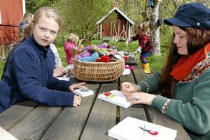 Hantverk. Tea Lysén och Andrea Lysén Gustafsson lär sig nåltovning.