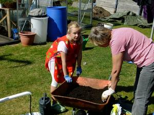 Tilde Vatka hjälper Mormor Elisabet attplantera blommor