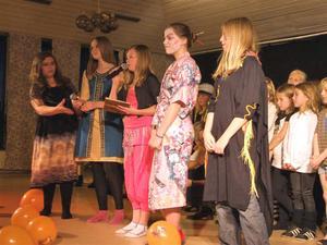 SAMLADE IN PENGAR. 250 personer kom för att se Tierpsungdomar sjunga och dansa i en gala för Världens barn.