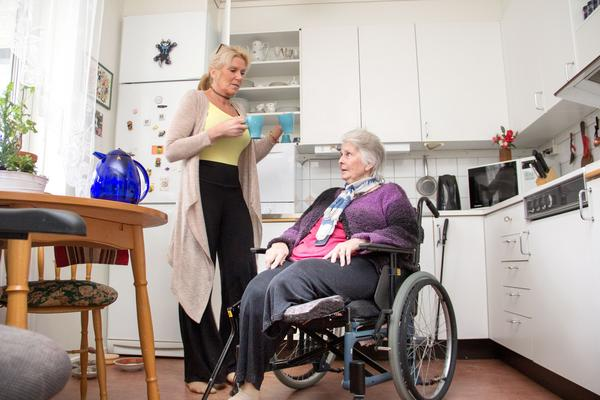 Mia Thorsén, 84 år, tvingades amputera benet efter en höftoperation. Dottern Lise-Lotte Thorsén anmälde skadan till Inspektionen för vård och omsorg, IVO, som håller med om att det fanns brister i vården på sjukhuset i Västerås.