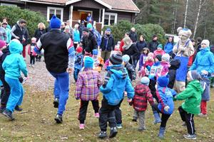 Det är viktigt att värma upp inför löpningen. Inge Frisk fick hjälp av Bamse med att få barnen att värma upp.