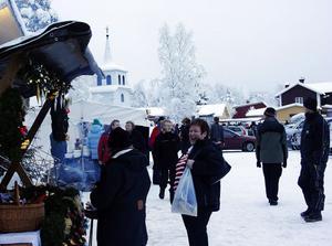 Glada miner och många besökare på den vintriga julmarknaden i Kölsillre.