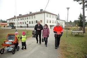 """FÖRSKOLA. Siv Arnström som jobbar på naturförskolan Sagan berättade om skillnaderna på att jobba inom en kommunal förskola och en privat för Kenneth Holmström och Jessika Vilhelmsson. """"Vi kan styra över mycket mer själva här. Det känns jättebra"""", sade Siv Arnström."""
