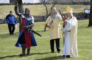 Storman, Fale Bure, vinkar till publiken tillsammans med kung Erik den tionde och biskopen. De spelades av Hans Holm, Filip Vallman och Rolf Bengtsson.