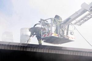 Räddningstjänsten försökte släcka branden med hjälp av skärsläckare. Men så fort de slutade pumpa in vatten, så tog sig elden igen.