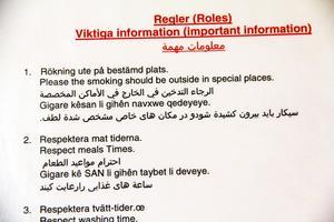 I evakueringsboendet i Edsbyn fanns skyltar med regler på olika språk.