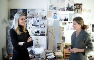 Formgivarna Sara Medina Lind och Emma Olbers startade sina karriärer under helt olika förutsättningar. Båda brinner för design, hållbarhet och närproducerade möbler.