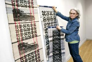 Lena Fredholm hänger mattor och broderade handdukar försedda med modernare tryck.
