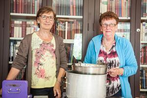 Betyget för Linselldagens flötgröt blev tio poäng. Karin Thunell till vänster och Elna Östblom Myhr till höger, hade kokat flötgröt på 16 liter grädde.