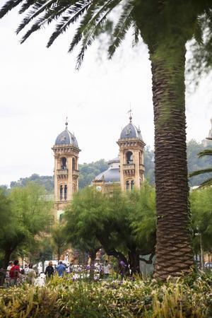 San Sebastians stadshus skymtar bakom palmer och tamarindträd, en symbol för staden.