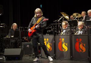 gitarrvirtuos. Janne Schaffer visade vilken skicklig gitarrist han är vid konserten med Östhammars storband i går kväll.