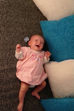 Mitt första barnbarn, Vanessa. upptäcker glädjen i att bli fotograferad.