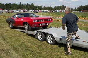 """Transport av bilen. Nicklas Larssons """"340 Cuda"""" har bara gått åtta mil sedan han köpte den 08/09"""