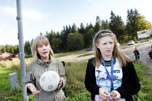 Lovisa Norgren och Hanna Larsson vill att planen får vara kvar. – När vi var mindre var vi mycket här och när vi gick på Hemlingbyskolan gick vi hit och hade lekar och aktiviteter, säger Lovisa Norgren. – Vi hade roligt här och vill att barnen som går där nu också ska få ha det, säger Hanna Larsson.