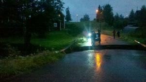 I Almo utanför Leksand skars vägen genom byn av när Almoån svämmade över.