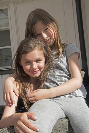 Daniels döttrar Signe och Lova är viktiga ljusglimtar i tillvaron. I år har de för första gången sett pappa må dåligt efter Estonia-katastrofen.