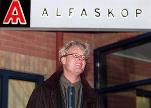 Alfaskops VD utanför lokalen, februari 1999.