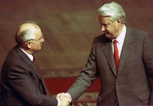 En frostig handskakning mellan Gorbatjov och Jeltsin 23 augusti 1991 efter att kuppförsöket i Moskva avvärjts. Jeltsin skulle strax göra Gorbatjov arbetslös. Foto: Boris Yurchenko/AP/TT