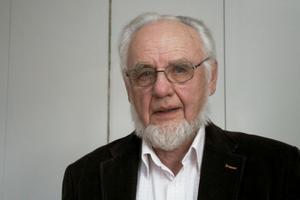 Överlantmästare Bengt-Olof Käck konstaterar att kartorna i datorn kan berätta bygdens historia. Det är viktigt att veta vad som har hänt i en bygd, säger han och tar som exempel laga skifte i 1850-talets Sverige då nutidens Sverige danades när jordegendomar flyttades ut från byarna och blev sammanhängande.