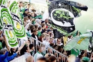 Hela Strömvallens ena kortsida var full av grönvita supportrar när Gefle i går mötte Hammarby i fotbollsallsvenskan. Polisen hade mycket personal ute vid arenan och centrala Gävle och kvällen blev ganska lugn.