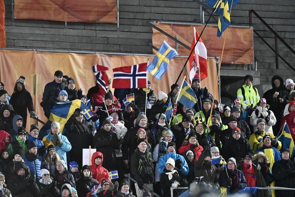 Publik på Östersunds skidstadion under säsongens första skidskyttevärldscup.