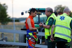 Adrian Miedzinskis skadade knoge plåstras om av sjukvårdare på plats.