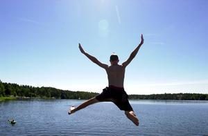 Lov eller jobb? För ungdomar kan sommarlovet antingen innebära att kasta sig ut från en brygga eller kasta sig in i arbetslivet. foto: SCANPIX