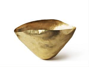 Fruktskål eller skulptur? Bash skål från Eclectic by Tom Dixon är formad för hand i mässing till en uttrycksfull, skrynklig form. Pris 3 950 kronor hos www.lannamobler.se. Foto: Tom Mannion