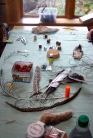 Bland allt material som behövs för att binda flugor fanns en kartong med jordgubbar som godis för kursdeltagarna.