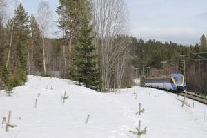 Två kilometer väster om Gällö susar år 2016 tåget fram mellan Sundsvall och Östersund. Den 5 oktober 1944 ägde är en helt annan typ av transport rum. Då kom ett tåg lastat med ammunitionskomponenter och tungt vatten hit från Ljungaverk. Till vänster döljer sig resterna av ett stickspår under snön. På detta ställde sig tåget från Ljungaverk och när ett tyskt transiteringståg från Trondheim kom in på huvudspåret lastades det tunga vattnet över till detta. I bakgrunden ses Gällöberget, där det under det andra världskriget fanns en ammunitionsfabrik och där det i dag planeras en skidtunnel.