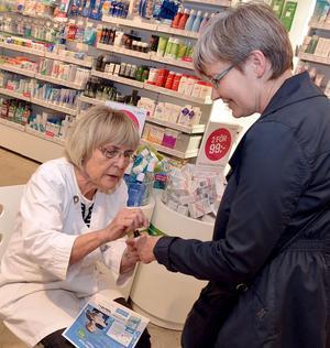 Då Doc Morris firade ettårsjubileum för en tid sedan, var Astrid inbjuden att berätta om sitt preparat och vara kunderna behjälplig.
