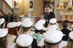 Rektor Björn Hedin höll tal i kyrkan och pratade om livet som en skola.