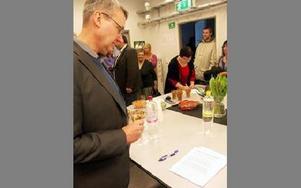 Kommunchefen Mikael Ludin var en av alla de som minglade vid invigningen. Han passade även på att lämna ett förslag på namn på tvätteriet.