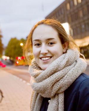 Thelma Åberg, 16 år, pluggar, Gävle:– Det har varit skönt med bilfritt, inte lika farligt att cykla. Jag tycker att man kan tillåta biltrafik på Norra Rådmansgatan men inte på Norra Kungsgatan.