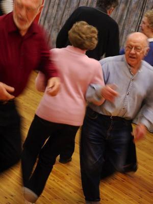 Dansgruppen brukar även besöka äldreboenden för att dra igång folkdans tillsammans med de boende.Foto: Johanna Östlund