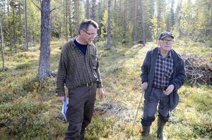 Lars-Erik Lundberg och Ruben Karlsson samlar just nu in namnunderskrifter mot planerna på torvbrytning.