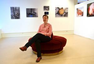 Marie Holm från Åvike bruk ställer ut naturbilder i Timrå bibliotek. Marie arbetar med bilder på plexiglas.
