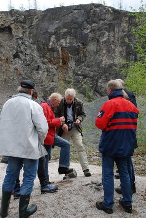 Mineraler, fossiler finns att upptäcka i den lokala spännande naturen. Gunnar Eriksson, fil. lic Naturforum och geograf Terje Motröen, Högskolan Hedmark studerar graptoliter och flusspat.