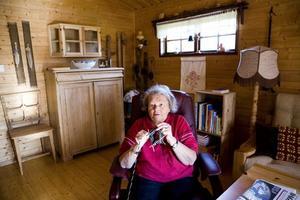 Agneta Falk stickar, virkar, väver och tovar. Här växer en tvåändstickad vante fram i hennes skickliga händer.