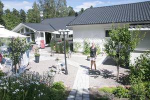 Ingalill Holm trivs med sin trädgård där sten dominerar.