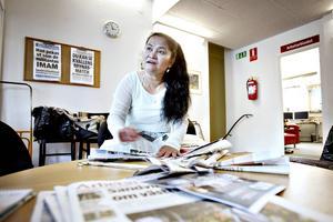 Delia Placiente Blomdahl har hittat ett nytt användningsområde för gamla tidningar.
