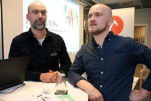 """Arbetsmiljön är tuff, men Tom Quirynen och Emil Gustavsson trivs som skolkuratorer: """"Det är meningsfullt att kunna stärka barns självkänsla och se att de går lite rakare i ryggen"""", beskriver Tom Quirynen."""
