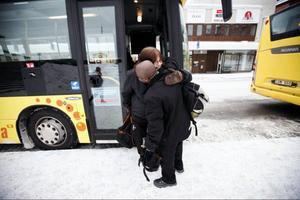 Kodjo ger kollegan Åsa Persson en kram under bussbytet.