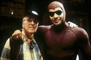 Fantomens skapare Lee Falk, här tillsammans med skådespelaren Billy Zane som spelade den maskerade hjälten i filmen