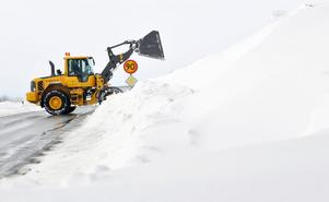 Snödjupet är rekorddjupt på flera platser i södra Sverige. Bilden är tagen på väg 11 utanför Lunnarp, mellan Tomelilla och Simrishamn.
