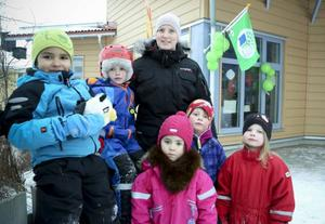 Stolt poserar barn och personal framför den gröna flaggan som visar att Armégränds förskola har blivit certifierade av, Håll Sverige Rent.Från vänster, Mikael Boström, Arvid Berggren, Sara Stigsdotter, Noomi Saito-Vrang, Atle Göransson och Hanna Hemå.